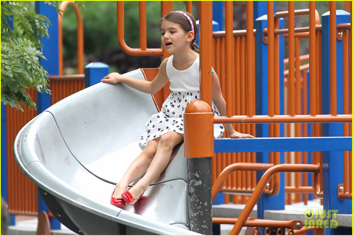 suri cruise katie holmes little red riding hood 06