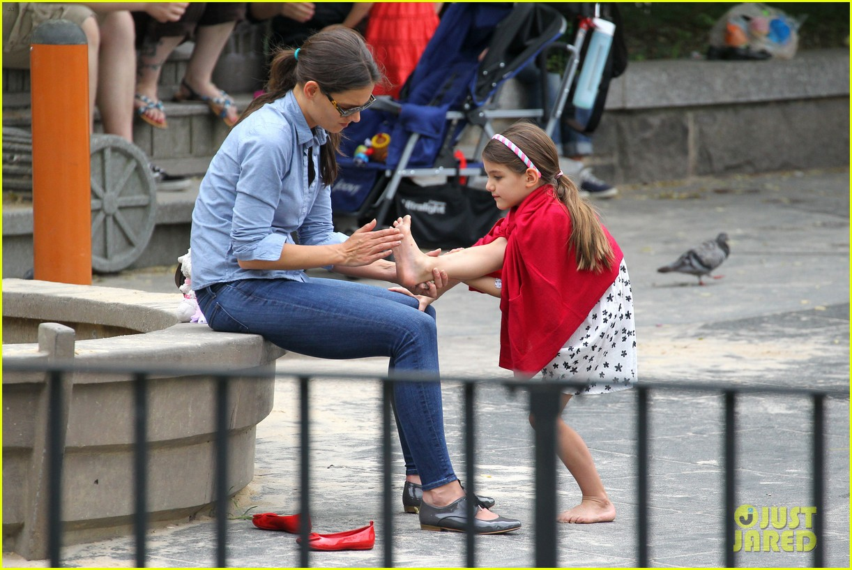 suri cruise katie holmes little red riding hood 202713574