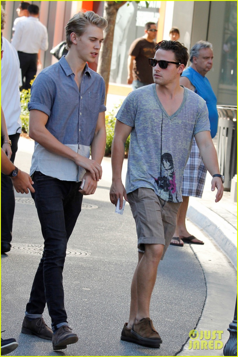 vanessa hudgens austin butler hang out with pals 052723856