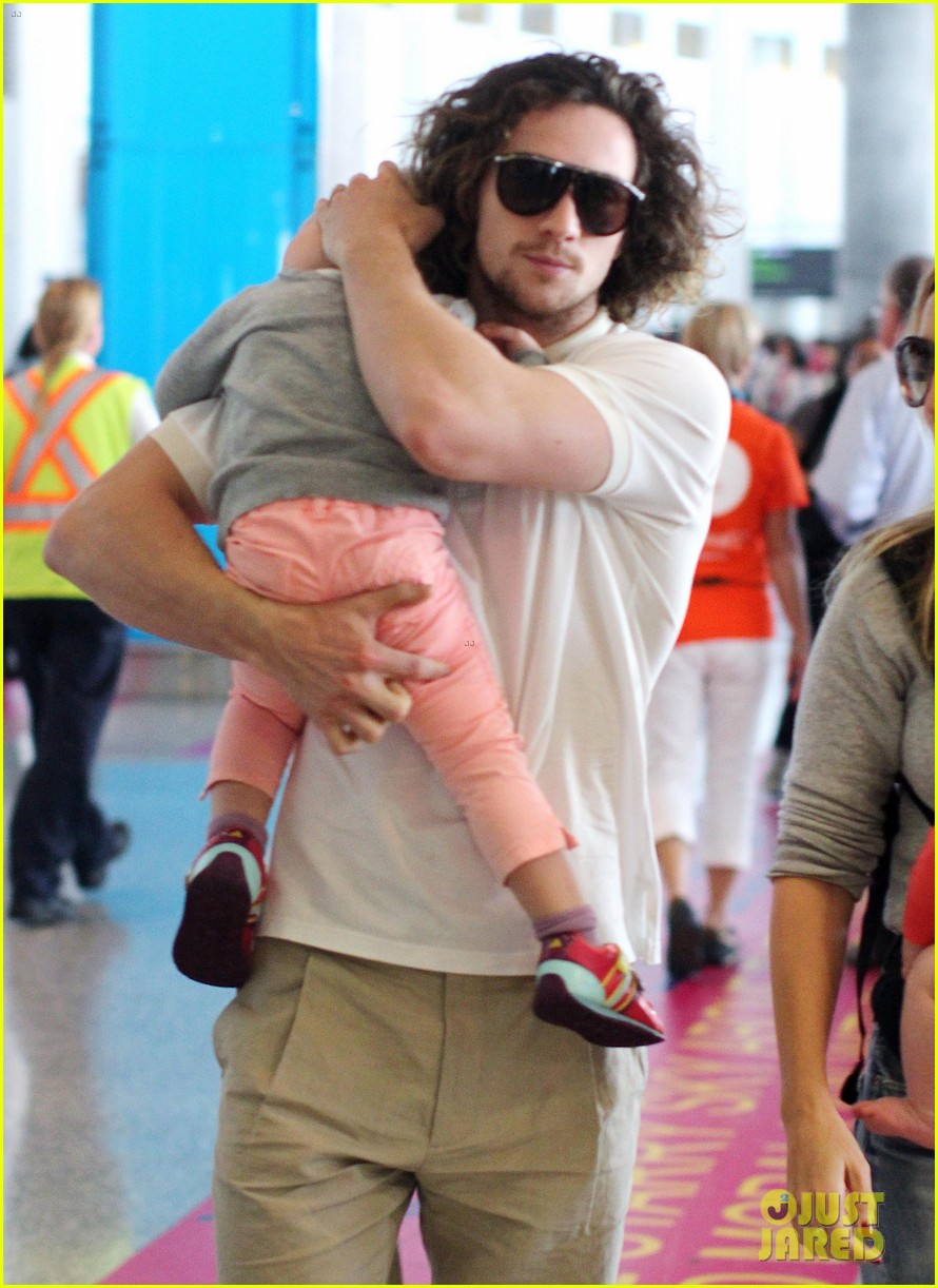 aaron taylor johnson airport with sam wylda rae romy hero 092714897