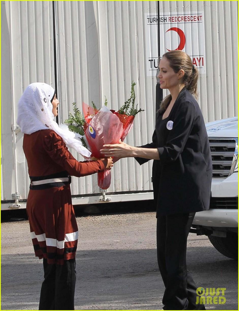 angelina jolie meets syrian refugee children in turkey 03