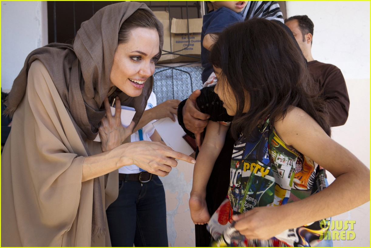 angelina jolie receives gift from iraqi foreign ministry 012722665