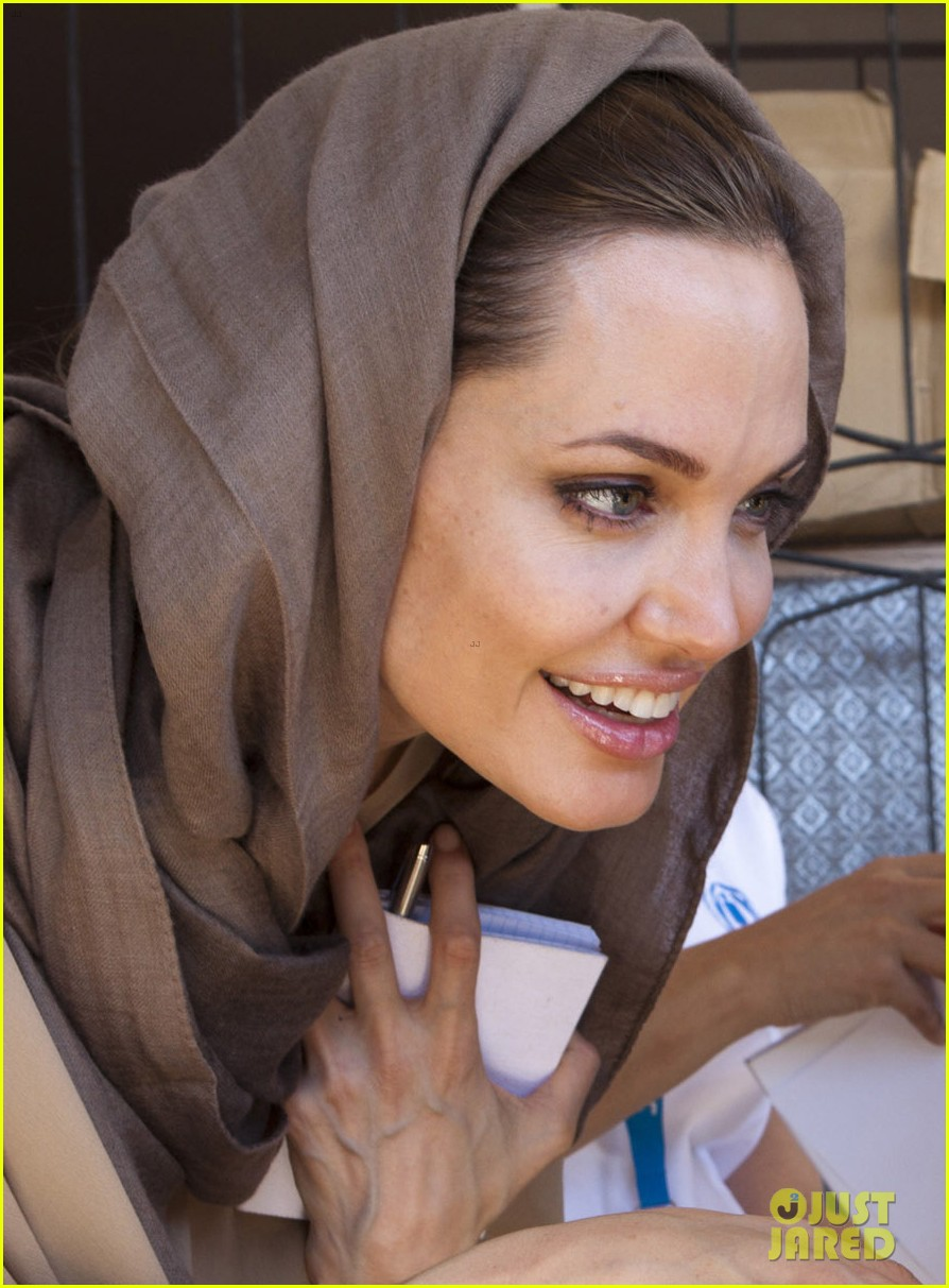 angelina jolie receives gift from iraqi foreign ministry 032722667