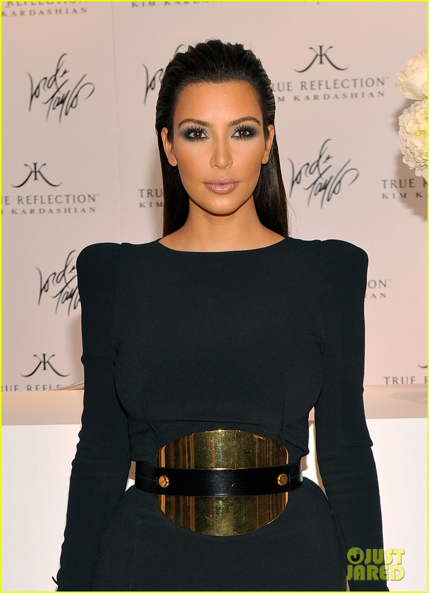 kim kardashian perfume signing for fashions night out 212716143