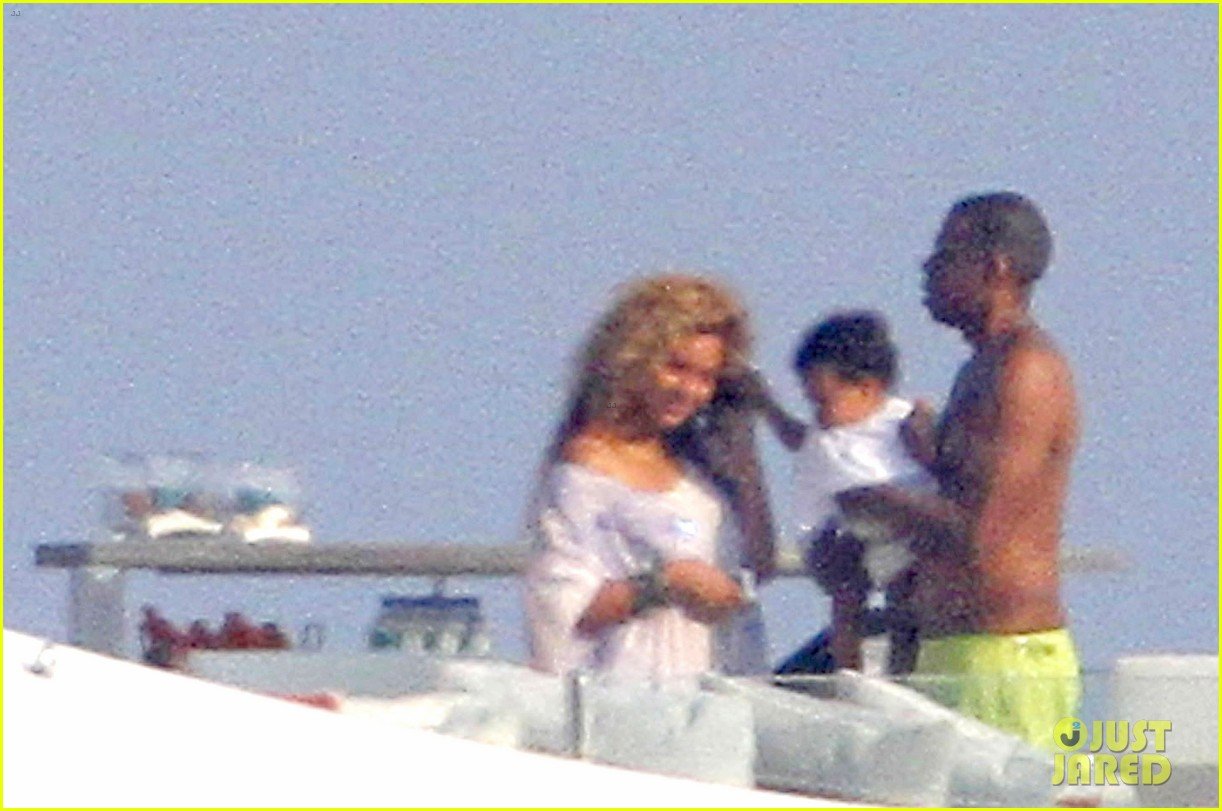 beyonce jay z france kisses with blue ivy 012716183
