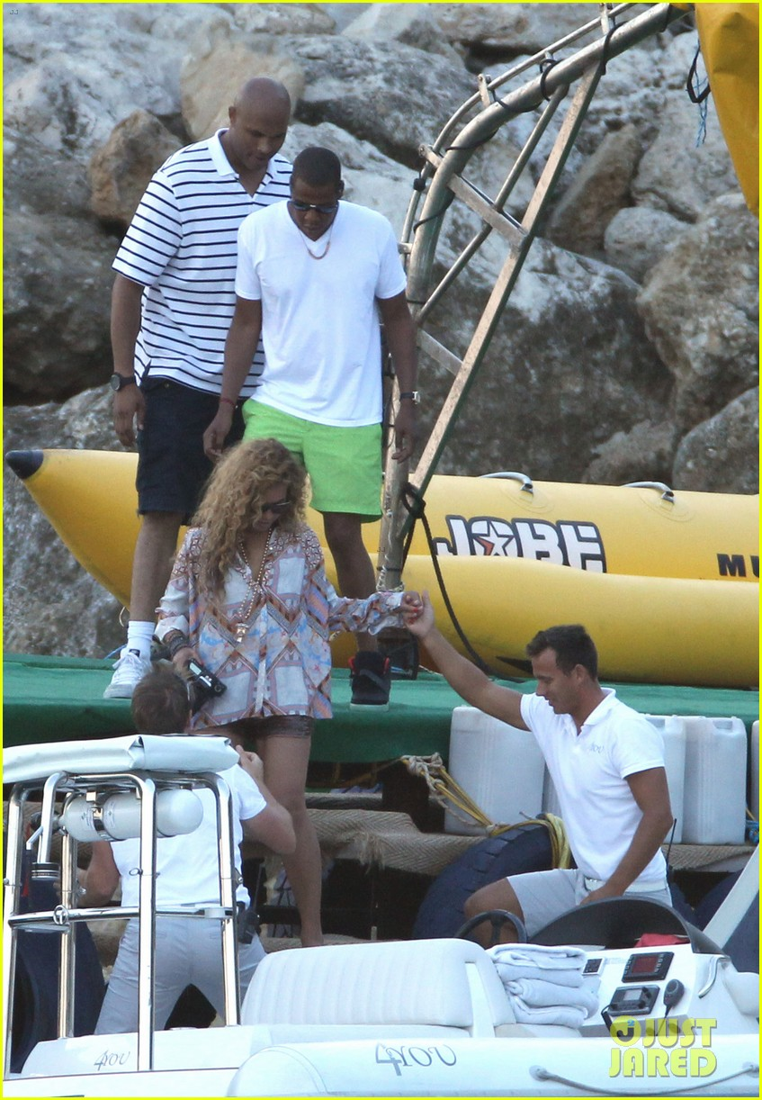 beyonce jay z france kisses with blue ivy 12