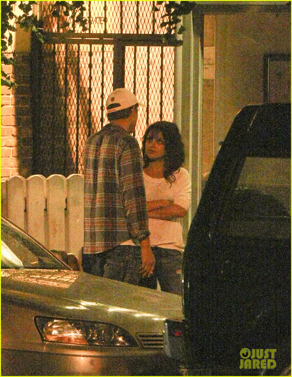 mila kunis ashton kutcher kiss date night 012726955