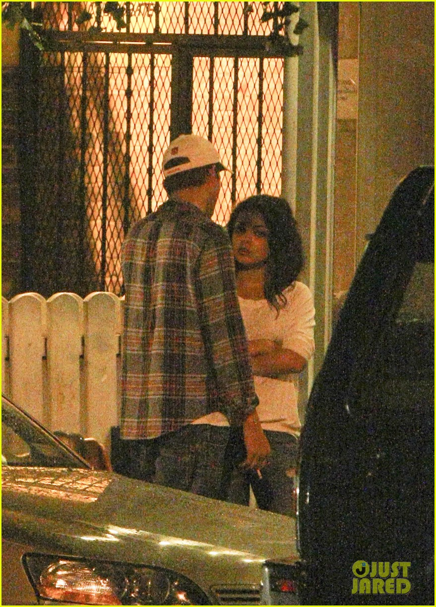mila kunis ashton kutcher kiss date night 06