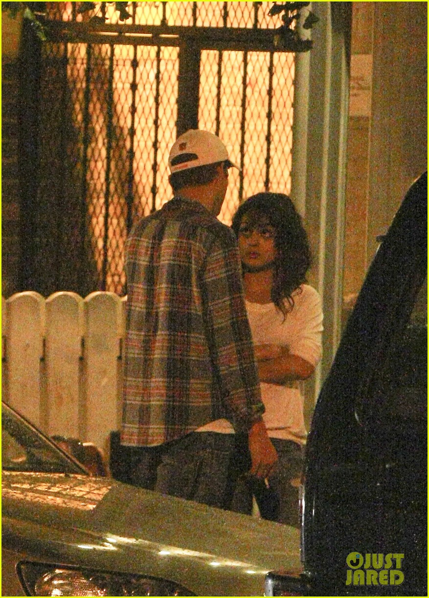 mila kunis ashton kutcher kiss date night 07