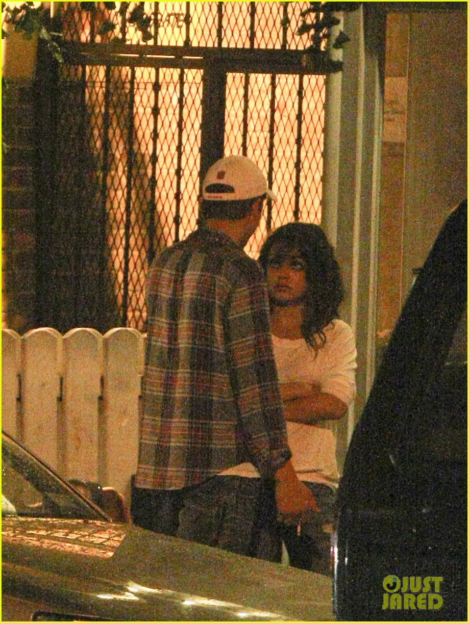 mila kunis ashton kutcher kiss date night 082726962