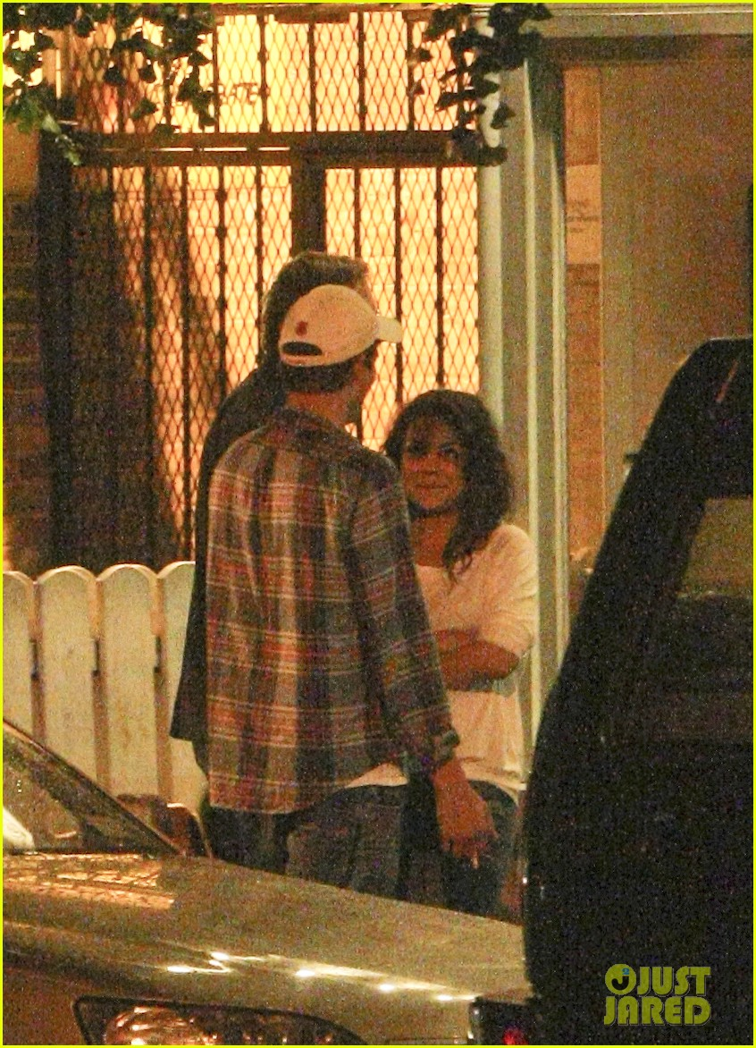 mila kunis ashton kutcher kiss date night 092726963