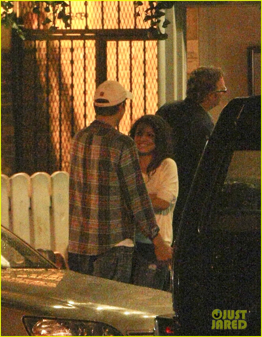 mila kunis ashton kutcher kiss date night 102726964