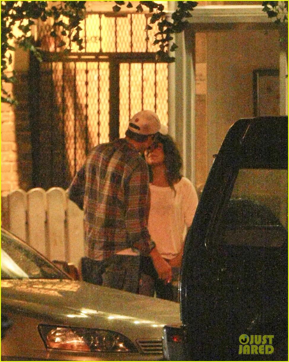 mila kunis ashton kutcher kiss date night 152726969