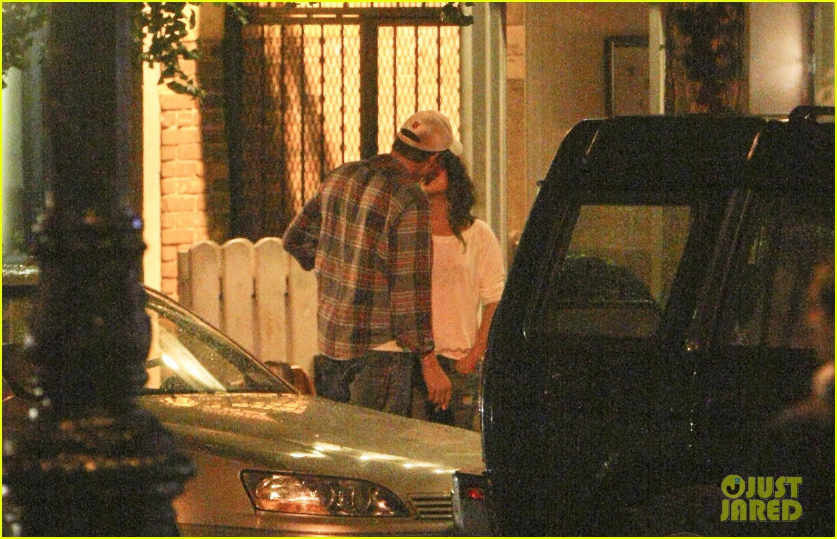 mila kunis ashton kutcher kiss date night 162726970