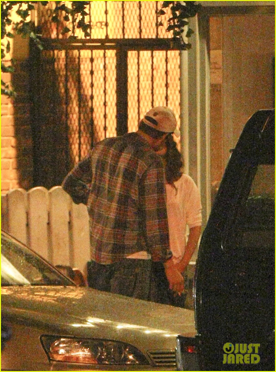mila kunis ashton kutcher kiss date night 17