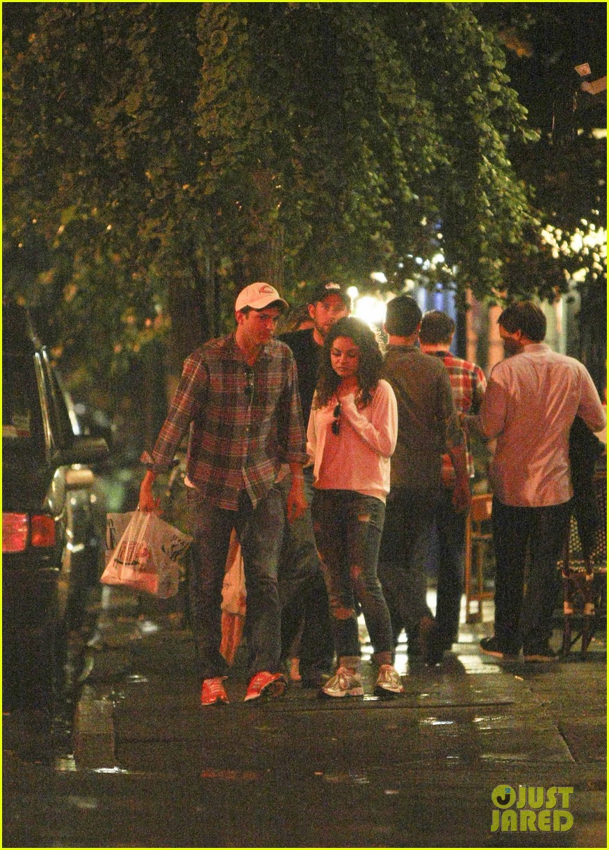 mila kunis ashton kutcher kiss date night 21