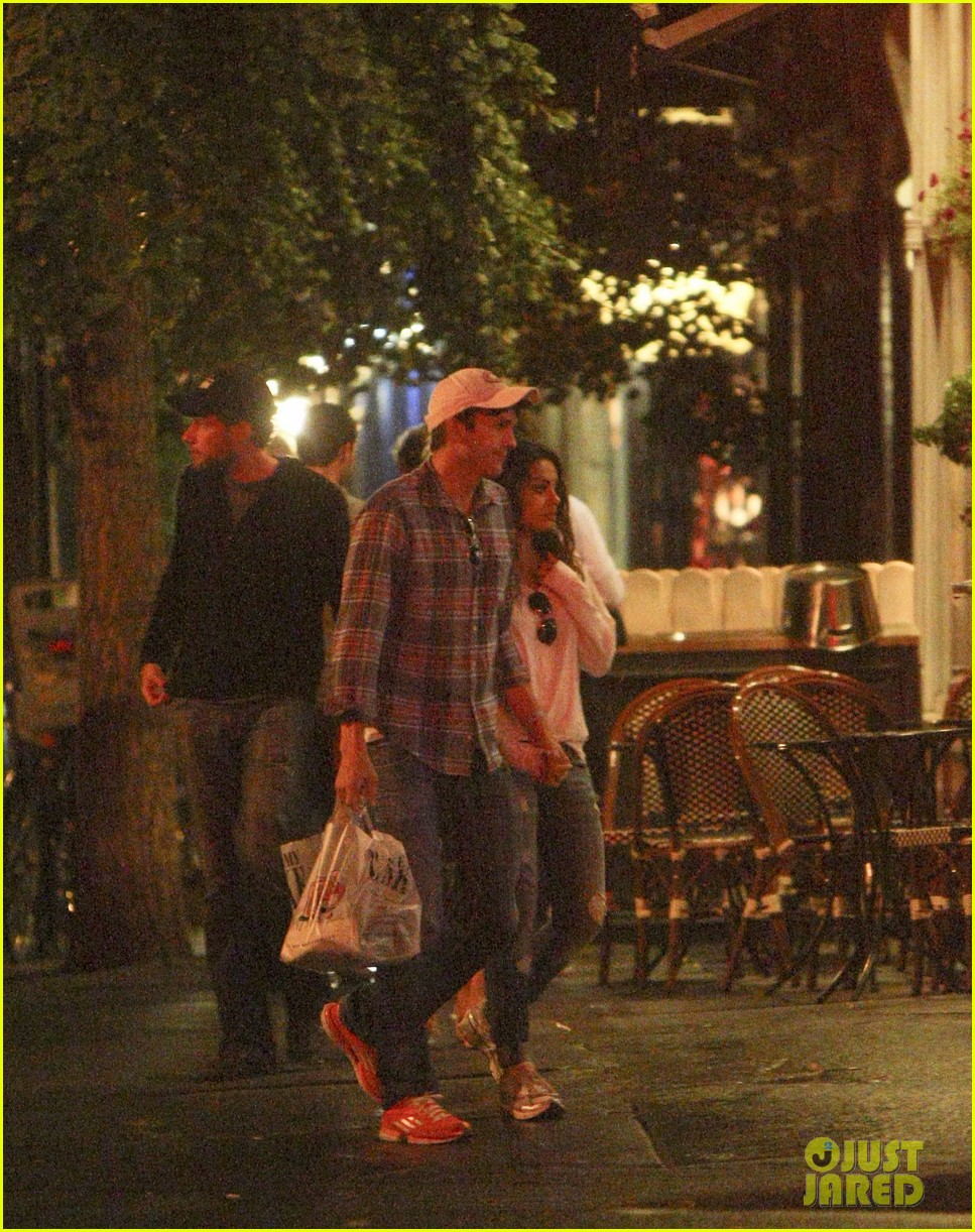 mila kunis ashton kutcher kiss date night 222726976