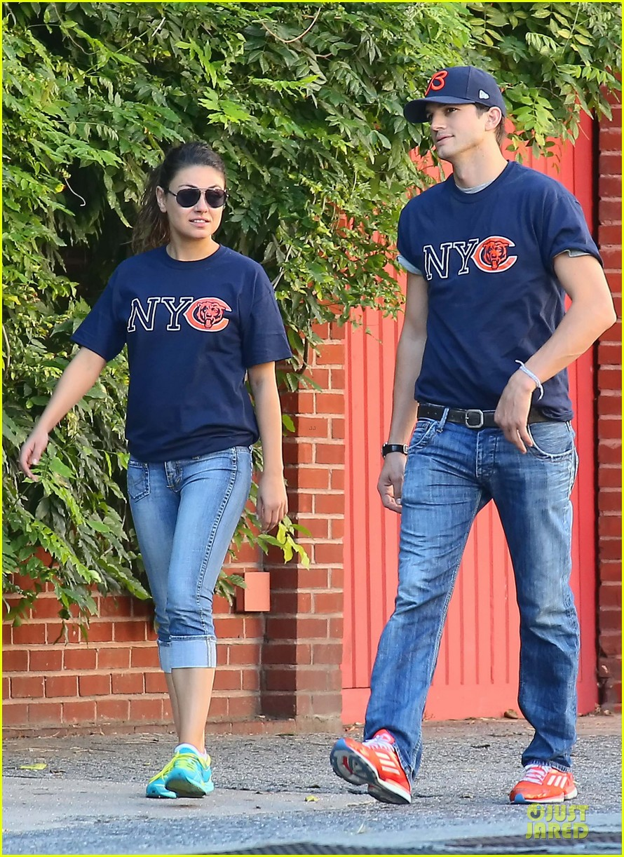 ashton kutcher mila kunis chicago bears couple 012727515