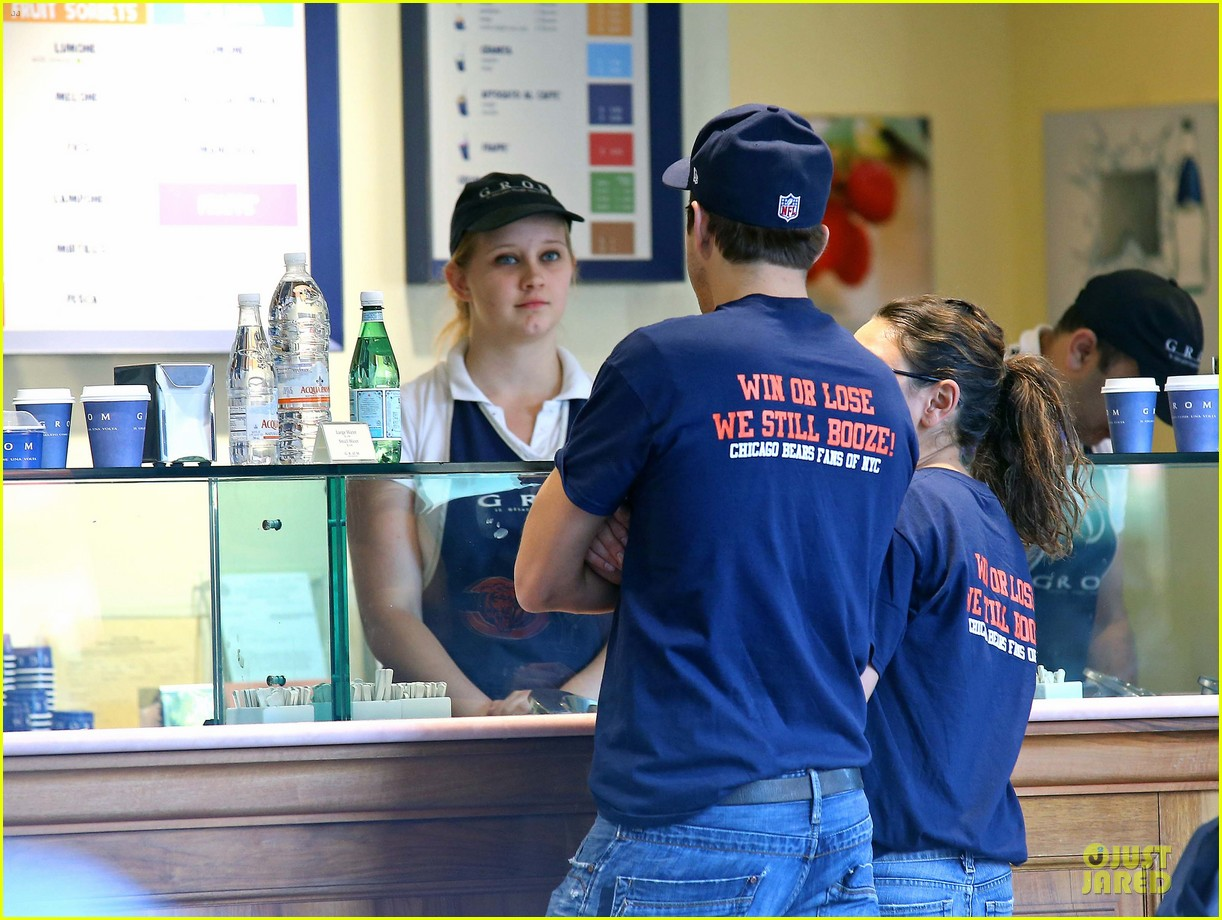 ashton kutcher mila kunis chicago bears couple 052727519