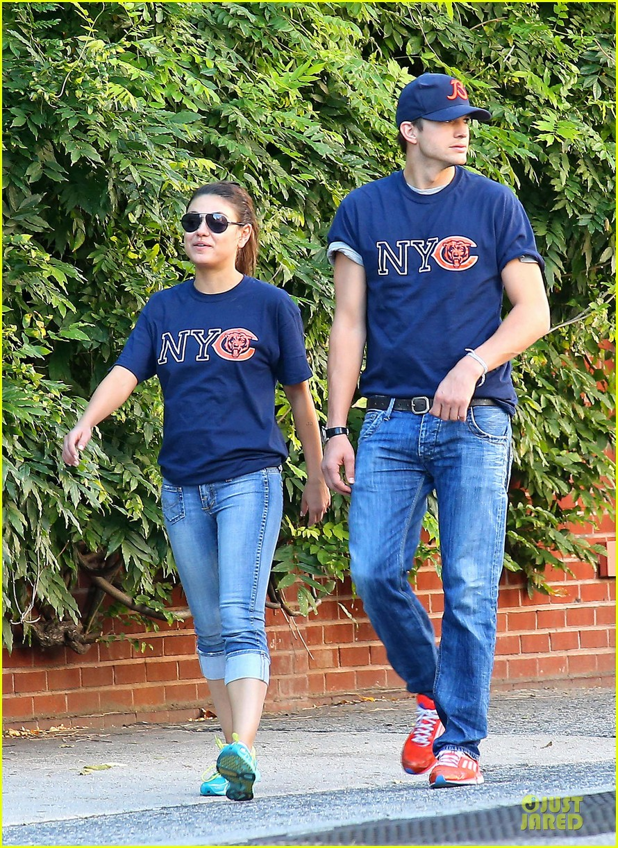 ashton kutcher mila kunis chicago bears couple 092727523