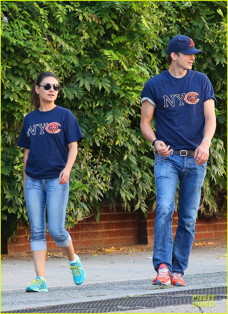 ashton kutcher mila kunis chicago bears couple 112727525