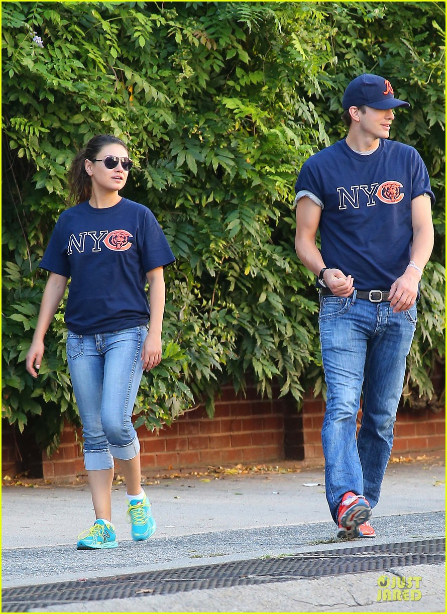 ashton kutcher mila kunis chicago bears couple 122727526