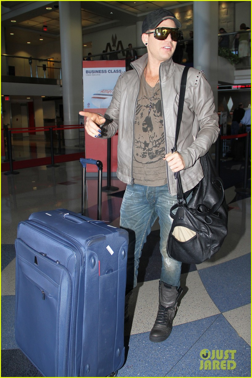 adam lambert catches flight 02