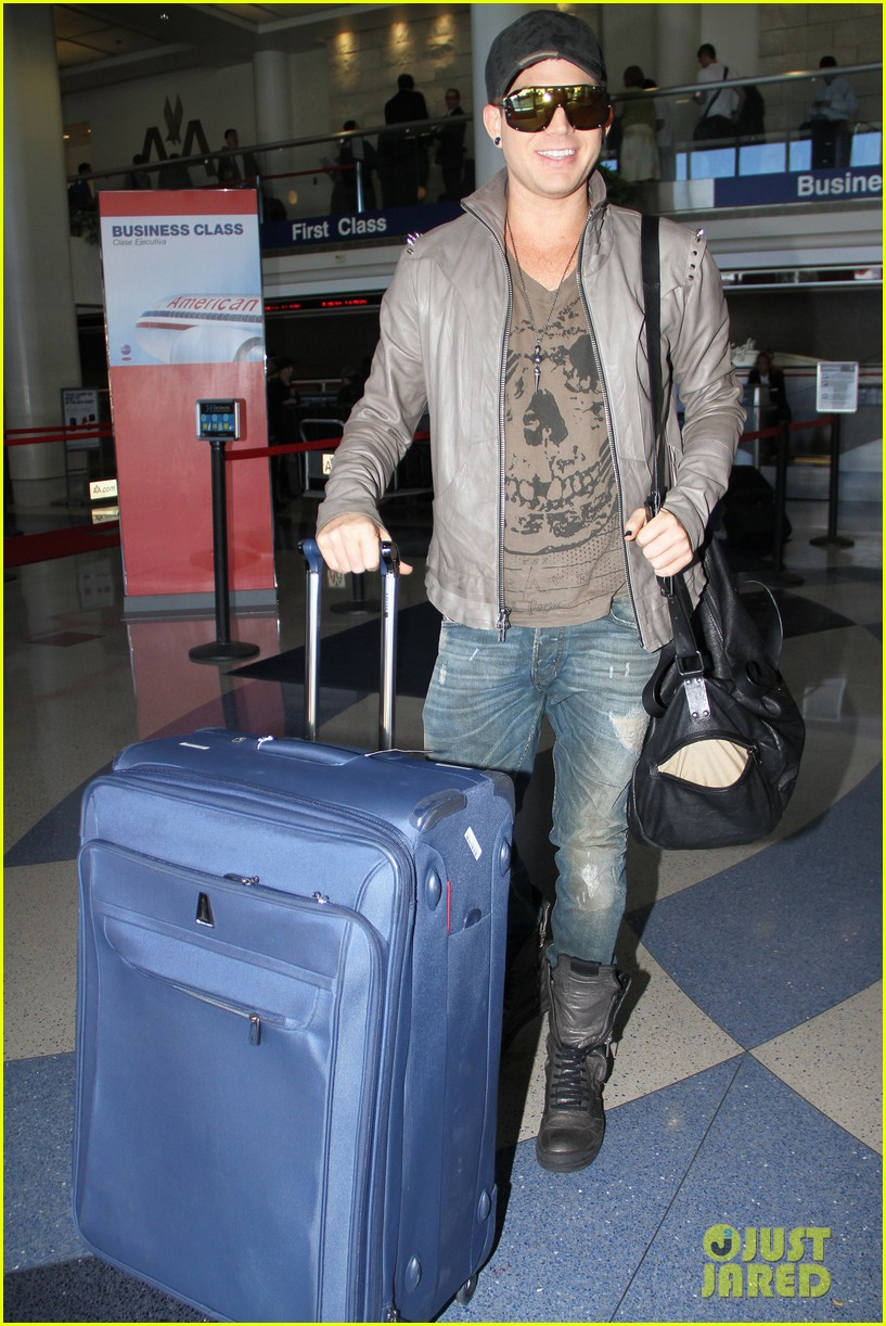 adam lambert catches flight 062727956
