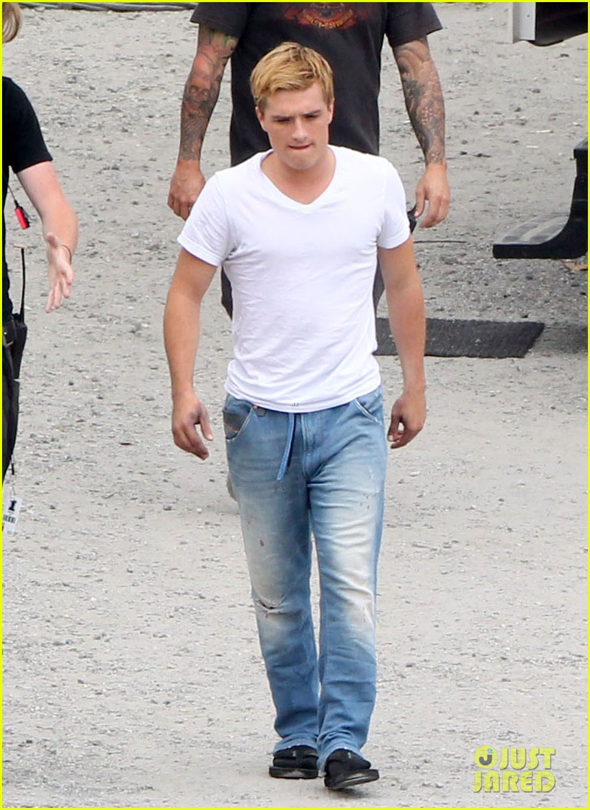 jennifer lawrence josh hutcherson catch fire in atlanta 04