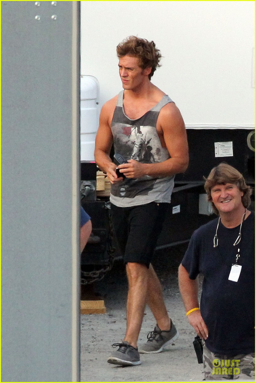 jennifer lawrence shirtless claflin catching fire set 03