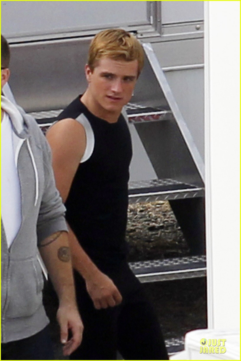 jennifer lawrence shirtless claflin catching fire set 052722015