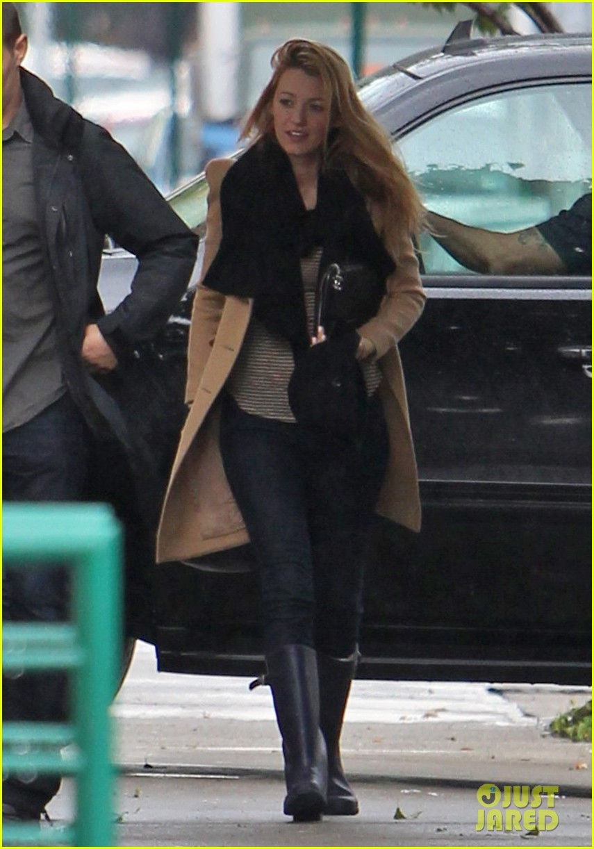 blake lively rainy gossip girl set day 012729851