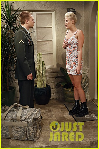miley cyrus two and a half men stills 022727879