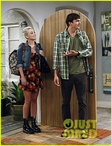 miley cyrus two and a half men stills 032727880