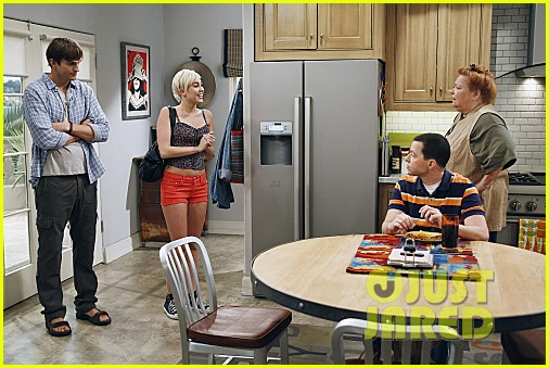 miley cyrus two and a half men stills 062727883