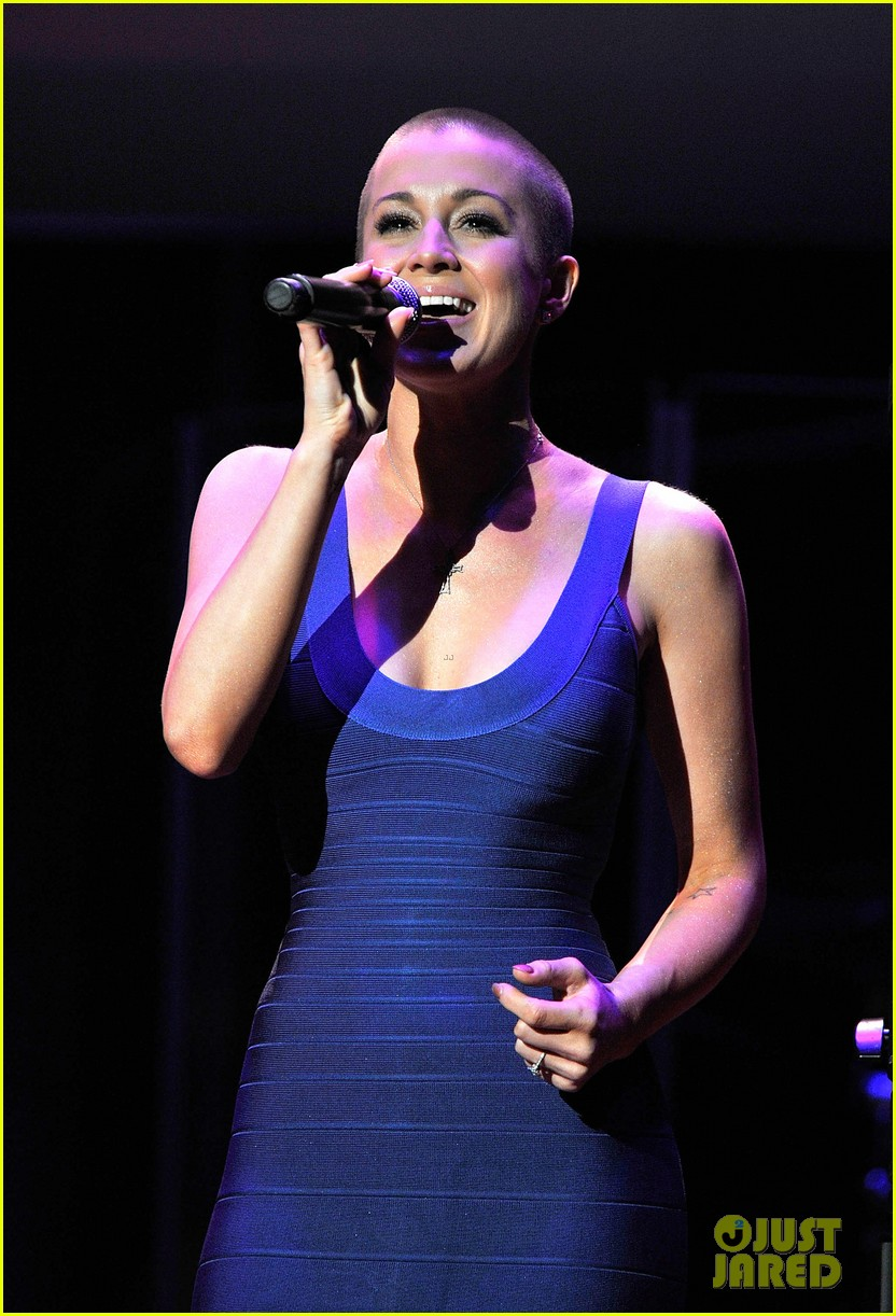 kellie pickler debuts shaved head at acm honors 08