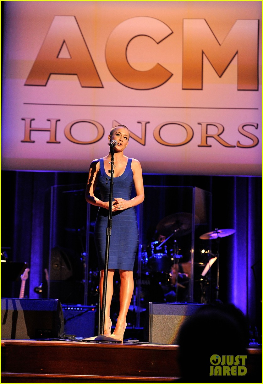 kellie pickler debuts shaved head at acm honors 092728051