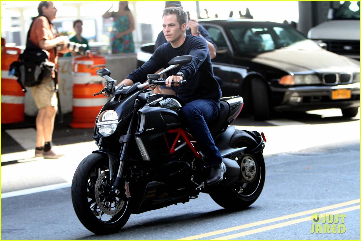 chris pine jack ryan motorcycle 012712932