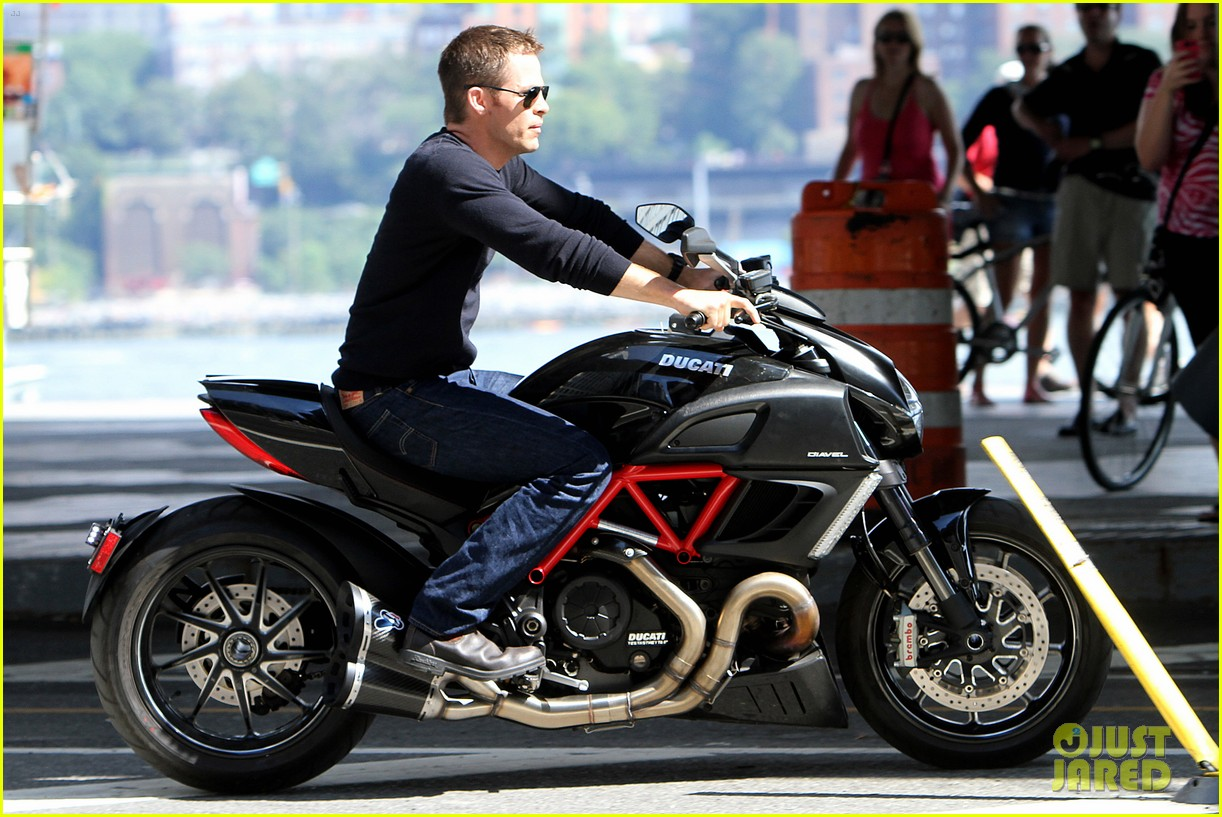 chris pine jack ryan motorcycle 052712936