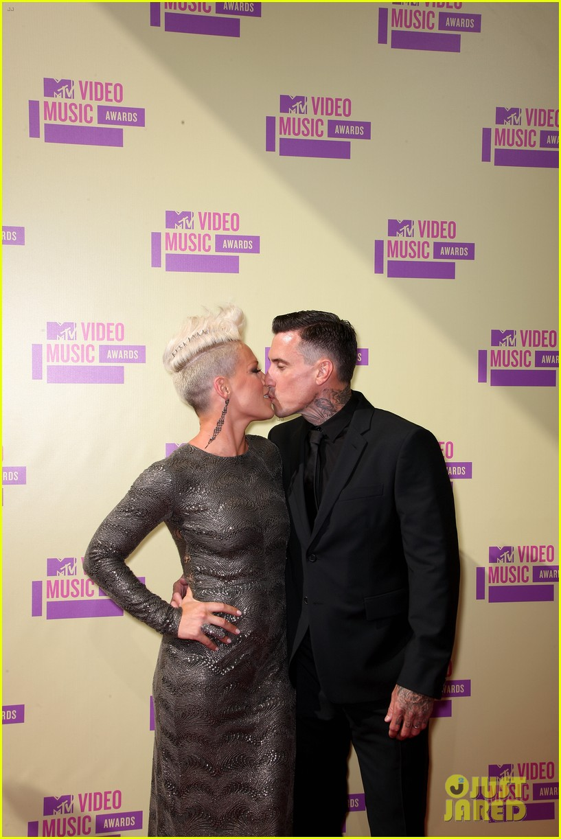 pink carey hart mtv vmas 2012 red carpet 04