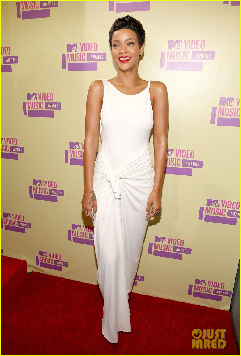 rihanna debuts new short hair on mtv vmas red carpet 012715575