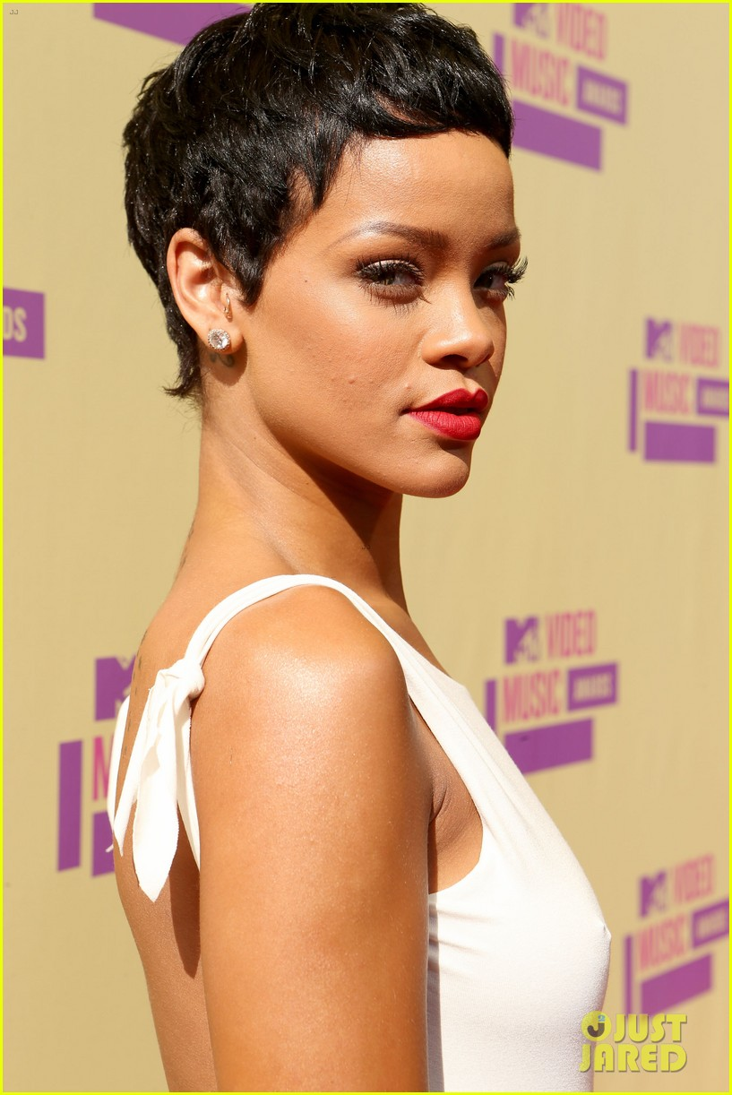 Rihanna Debuts Short Hair On Mtv Vmas 2012 Red Carpet Photo 2715576 2012 Mtv Vmas Rihanna Pictures Just Jared