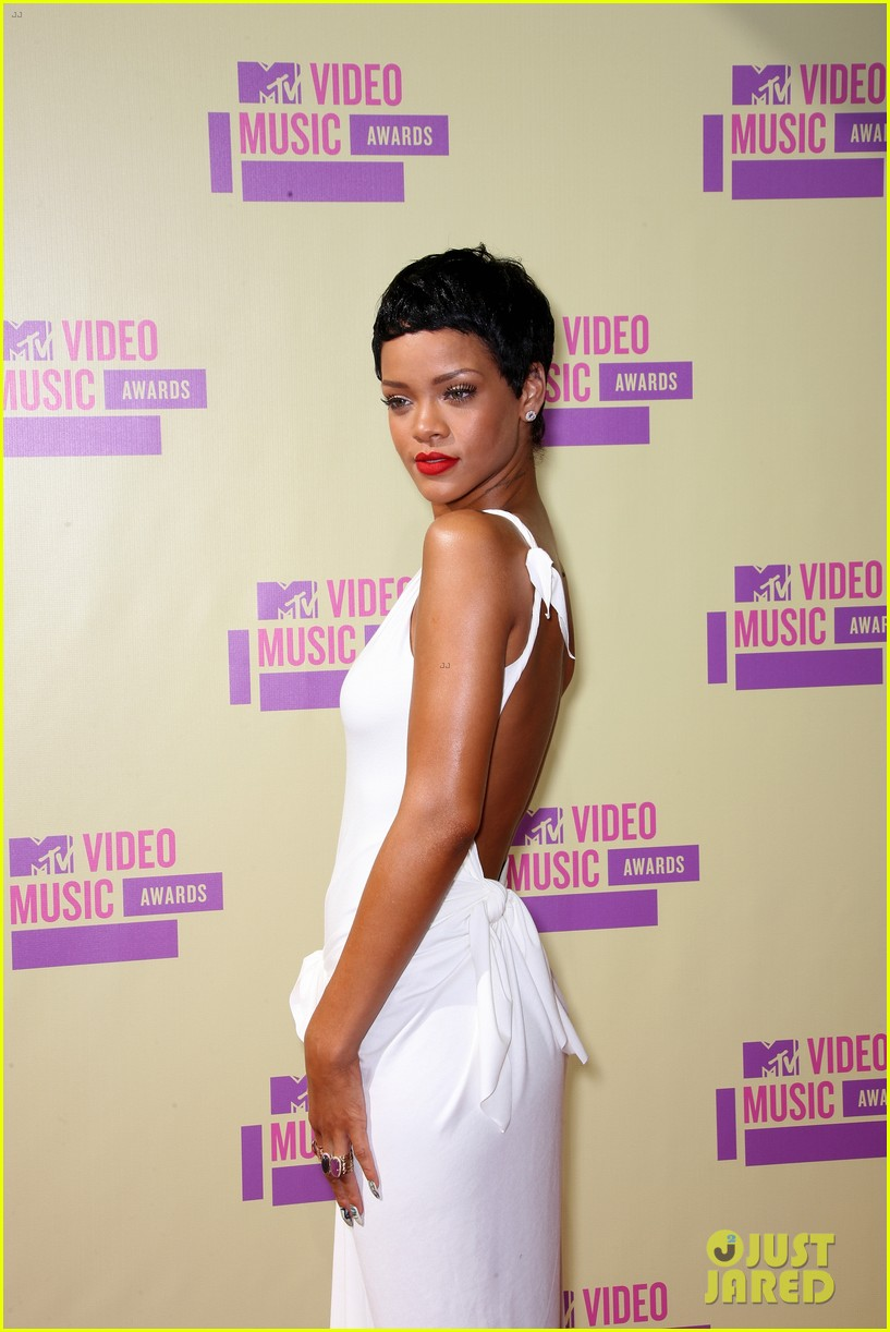 Rihanna Debuts Short Hair On Mtv Vmas 2012 Red Carpet Photo 2715579
