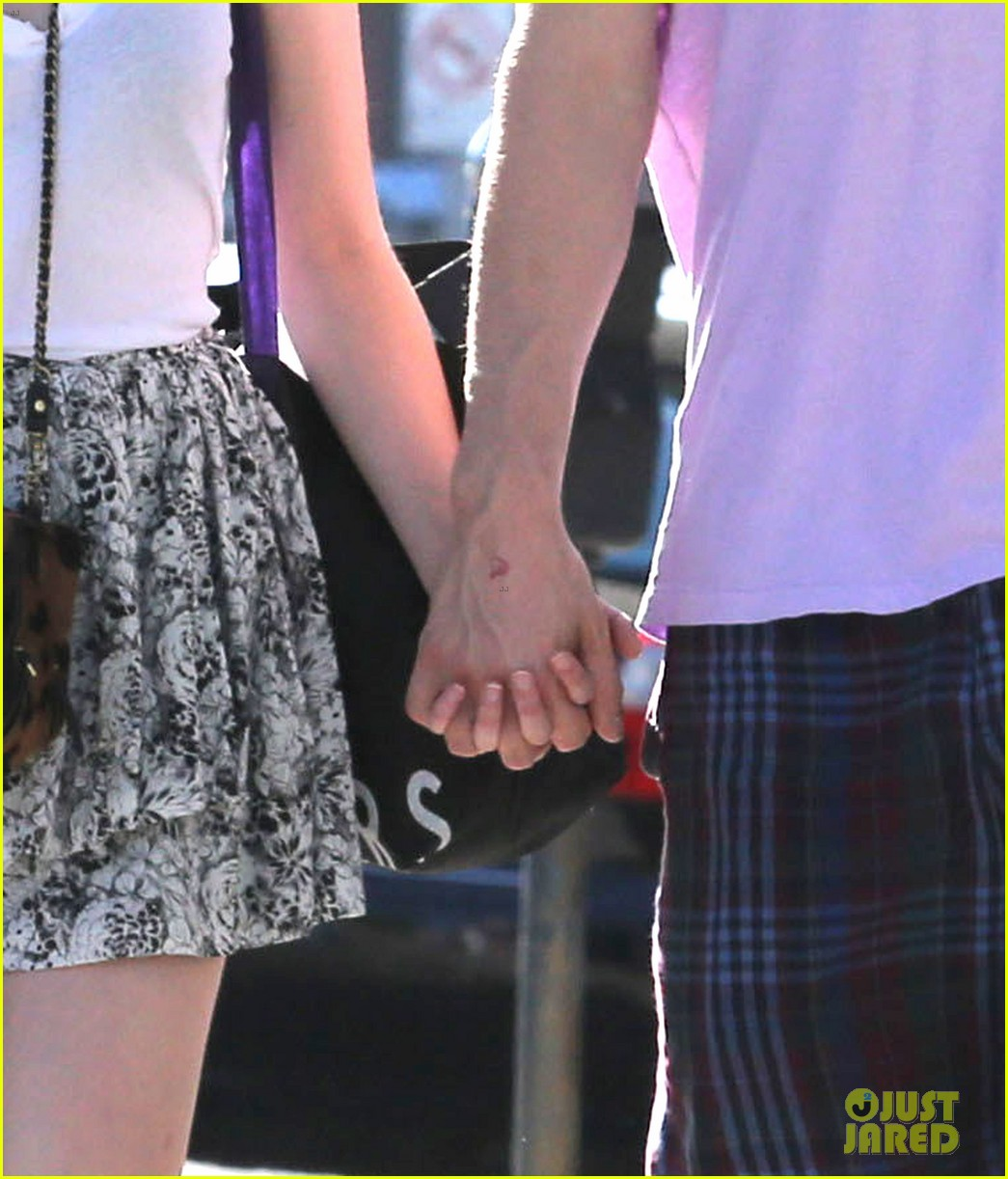 emma roberts evan peters holding hands on melrose 042725512