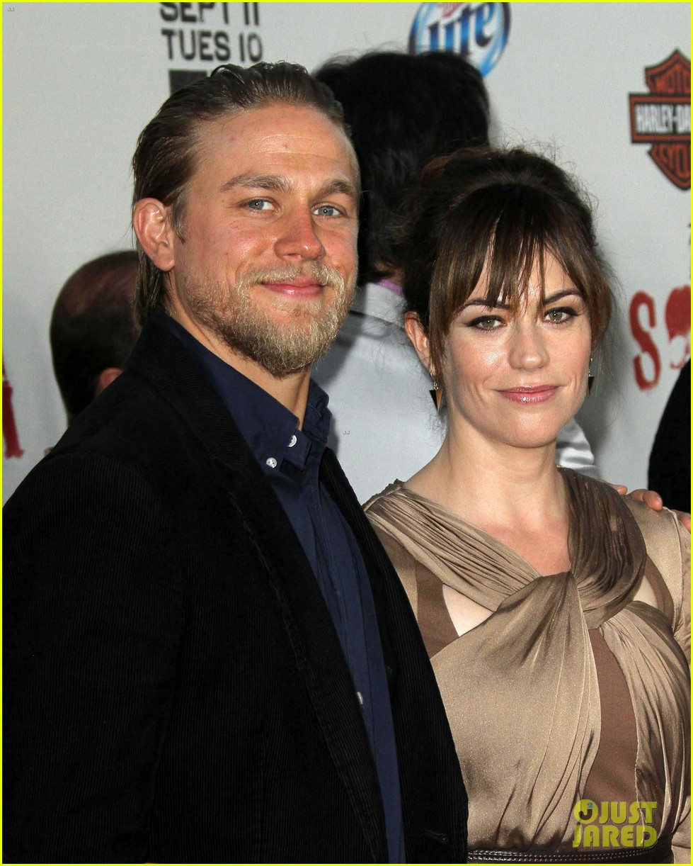 katey sagal charlie hunnam sons of anarchy premiere 022718327