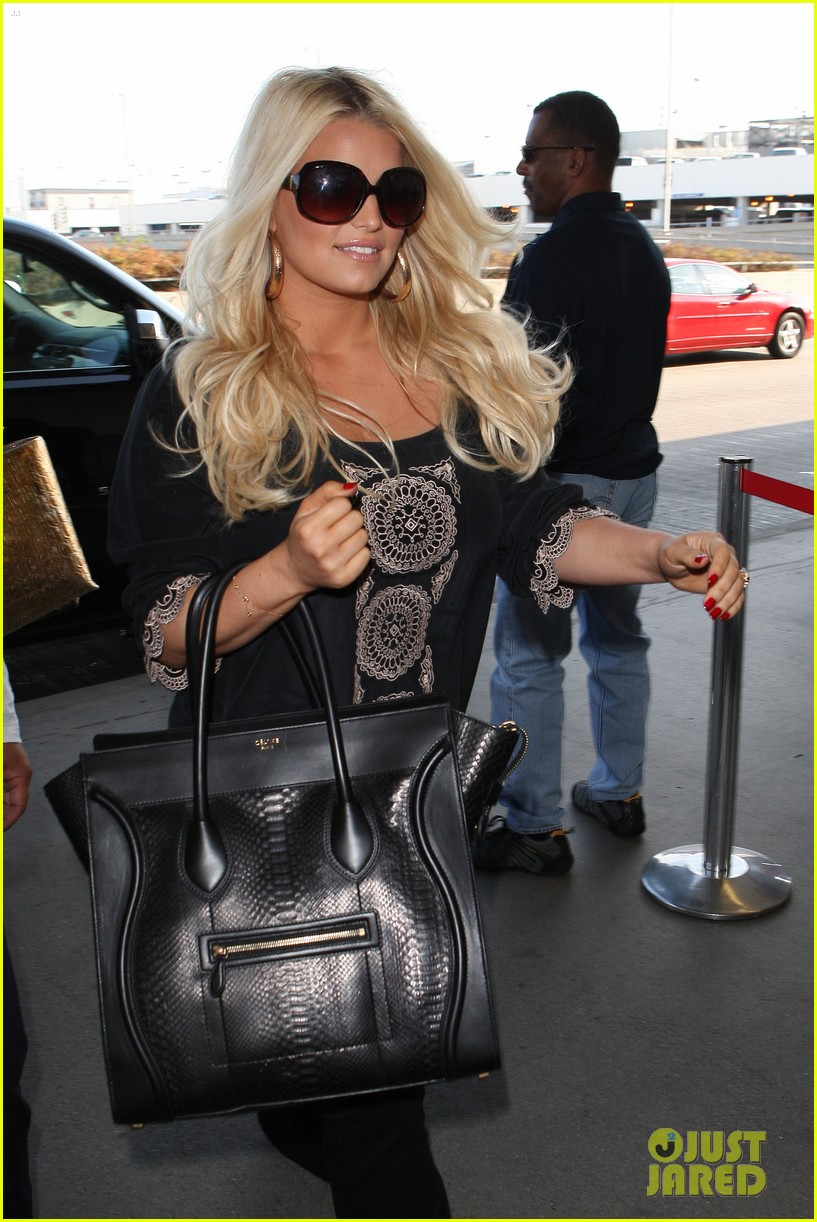 jessica simpson flies ashlee simpson hosts fiji event 05