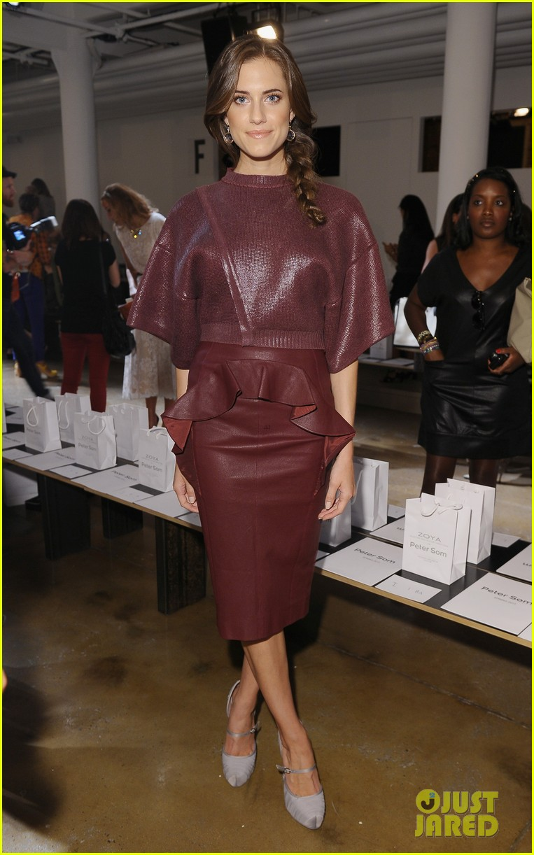hailee steinfeld allison williams peter som fashion show 012716390