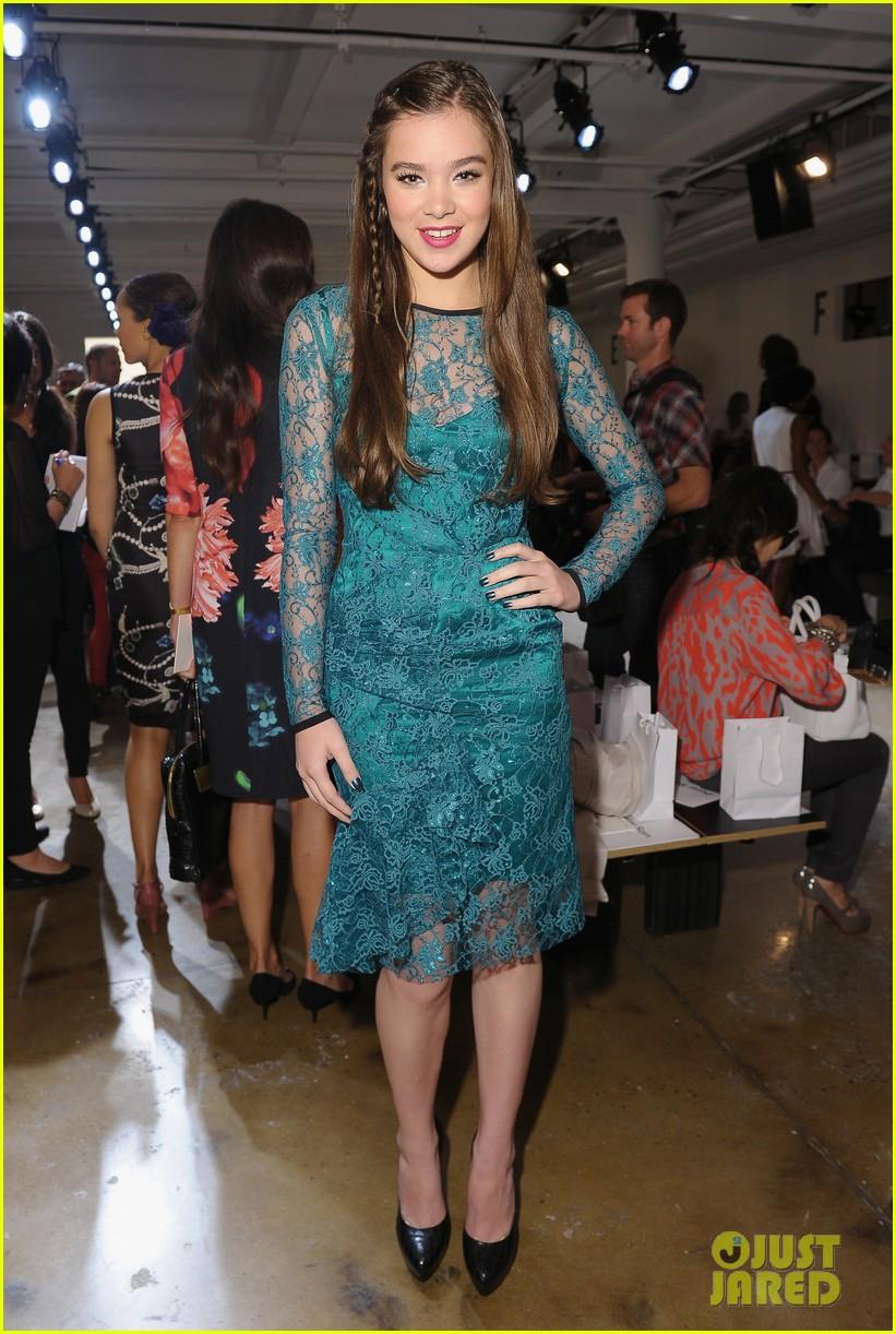 hailee steinfeld allison williams peter som fashion show 052716394