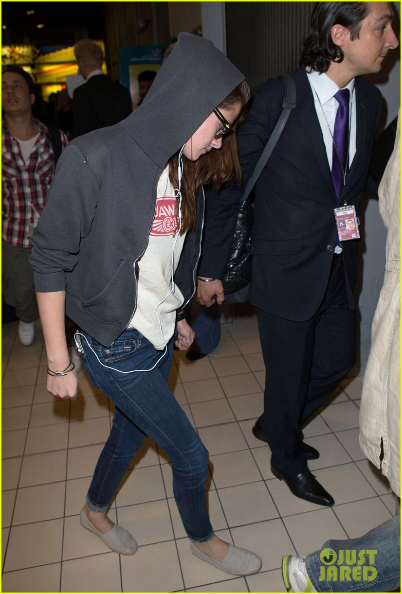 kristen stewart arrives paris 07