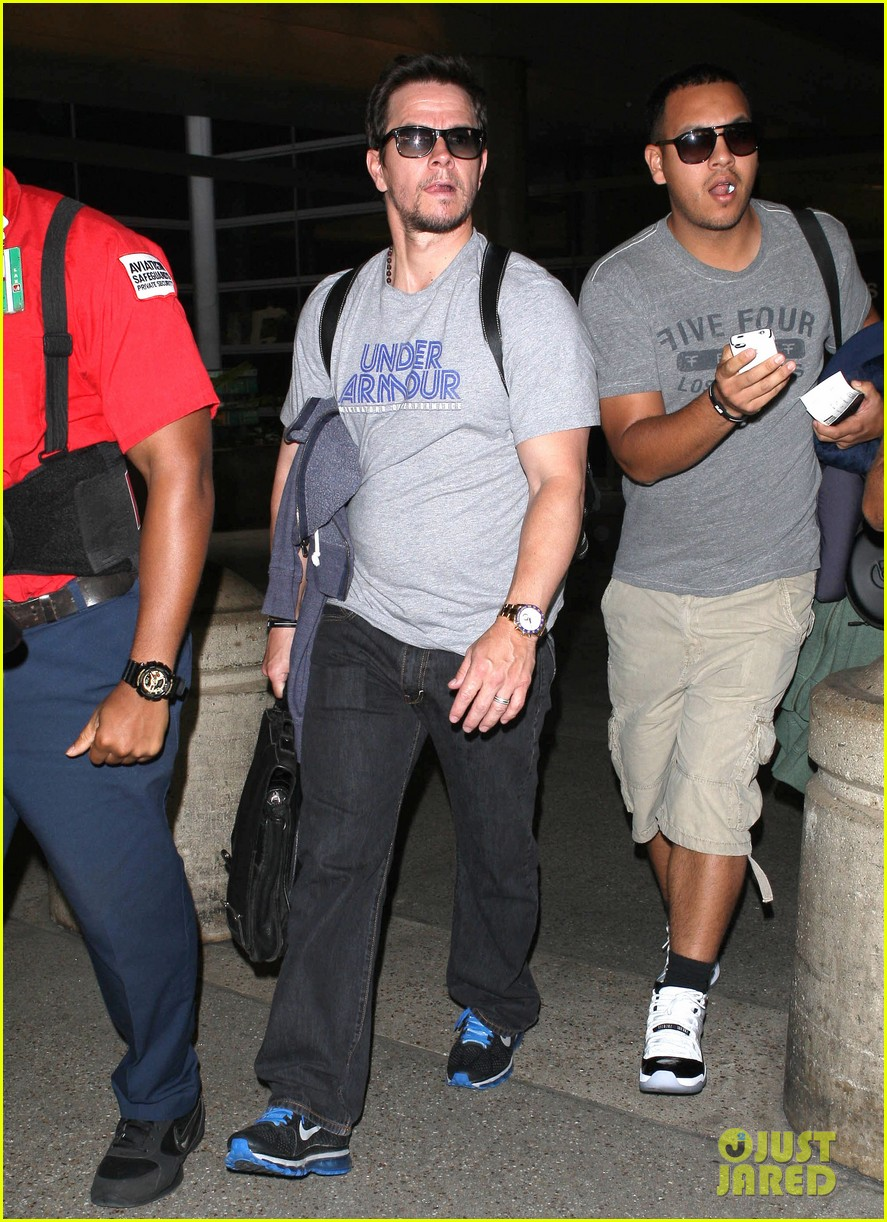 mark wahlberg arrives on flight 10